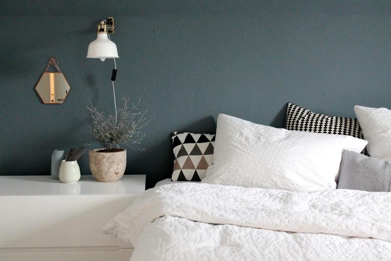 Dunkelblaue Wand im Schlafzimmer.