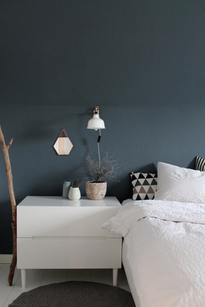 farbfreude dunkelblaue wand bei britta kolorat. Black Bedroom Furniture Sets. Home Design Ideas