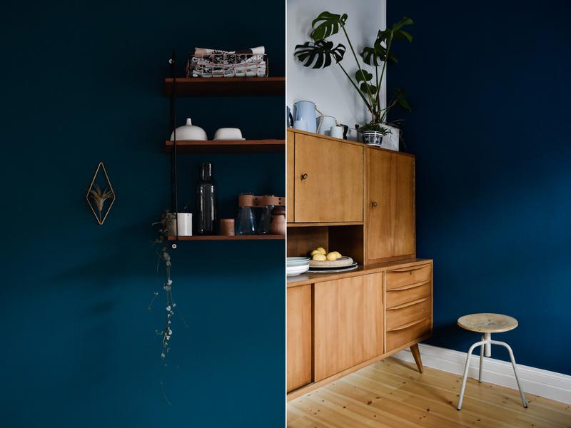 Holz und Vintage kombiniert mit dunkelblauer Wandfarbe.