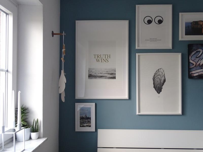 Eine Wand Im Schlafzimmer In Blau Streichen.