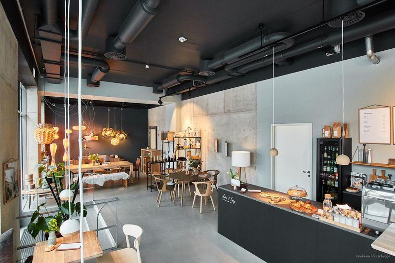 Ladengestaltung in Beton mit Wandfarben in Salbei und Dunkelblau