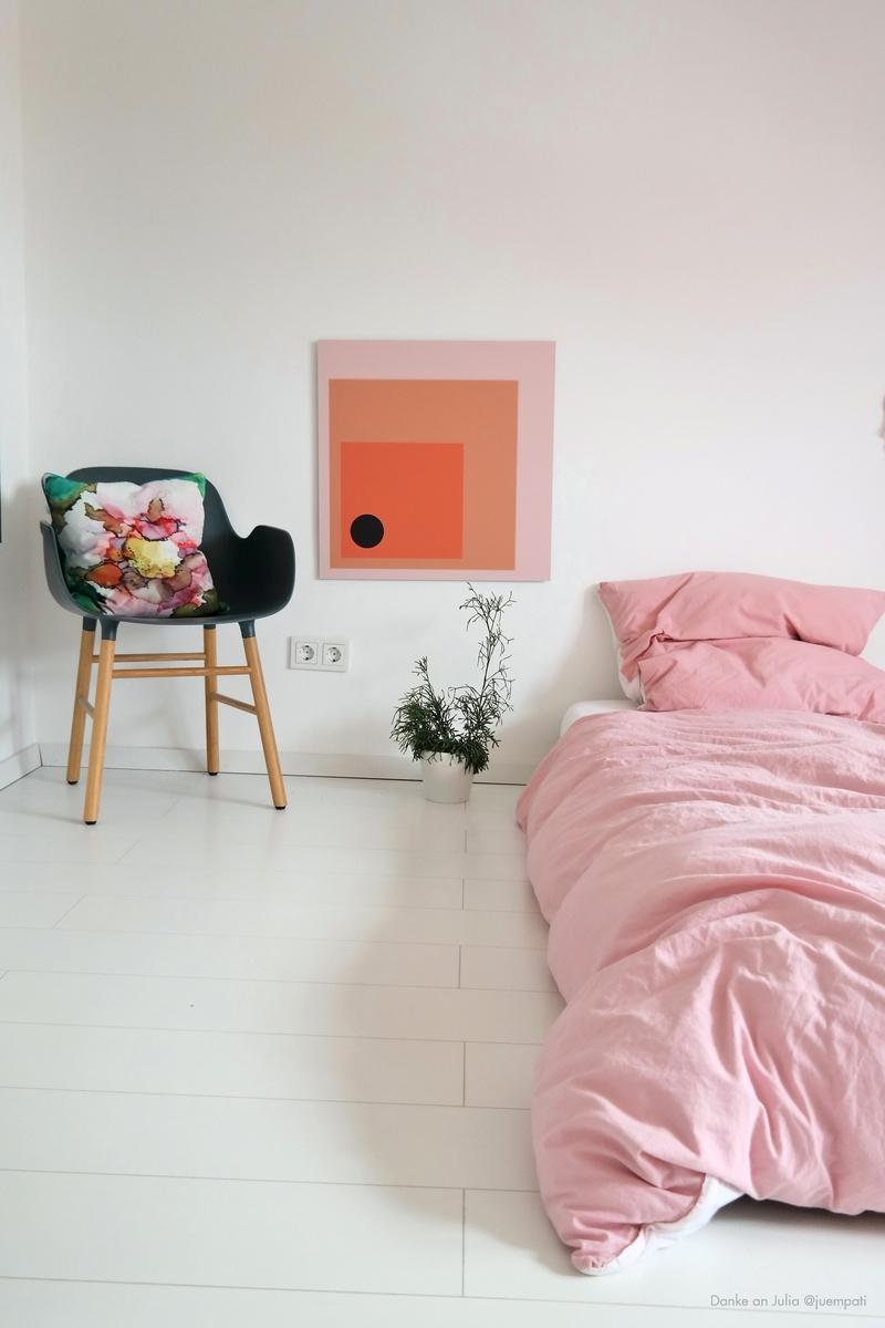 Schlafzimmer mit Wandbild in deiner Wunschfarbe.