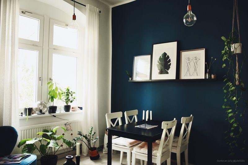 Wandgestaltung in Dunkelblau im Wohnzimmer und im Esszimmer.