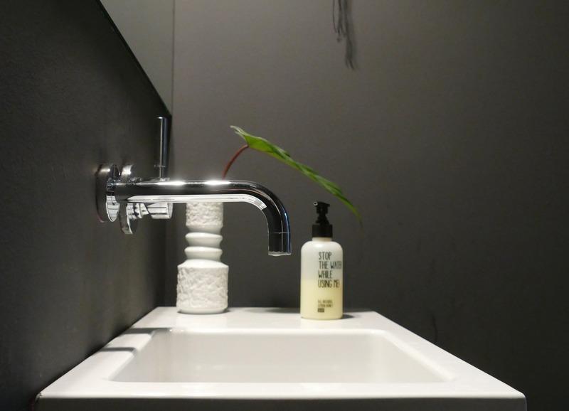 Badezimmer mit Wand in Schwarz.