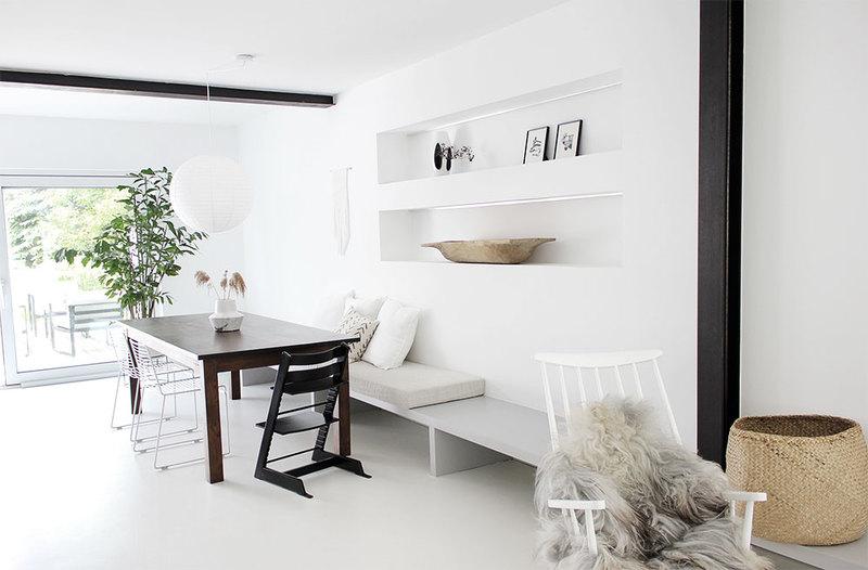 Wohnzimmer mit Wänden ganz in Weiß.