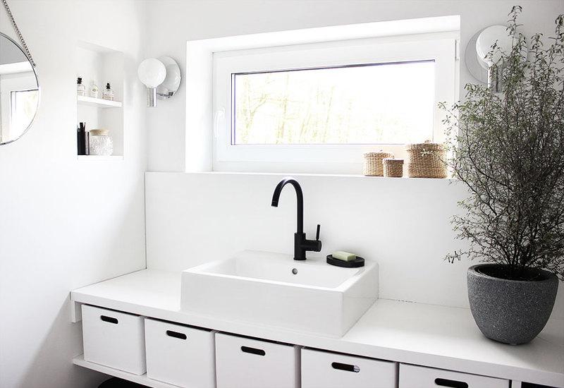 Badezimmer ganz in Weiß.