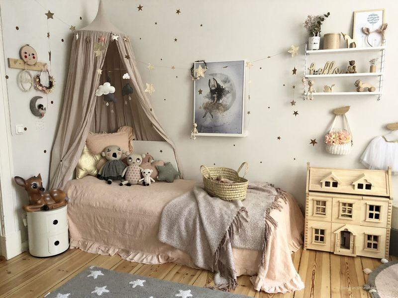 Ein Kinderzimmer mit Beige als Wandfarbe.