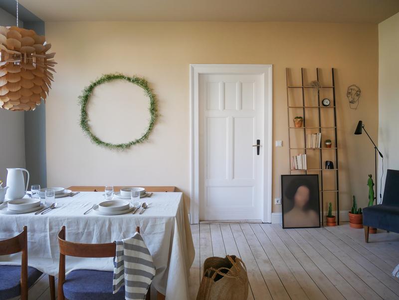 Esszimmer mit Wand in Beige.