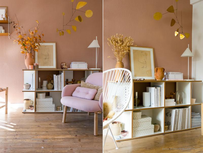 Wohnzimmer mit einer Wand in Beige mit einem Hauch Braun.
