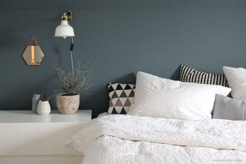Schlafzimmer mit einer Wand in Dunkelblau.