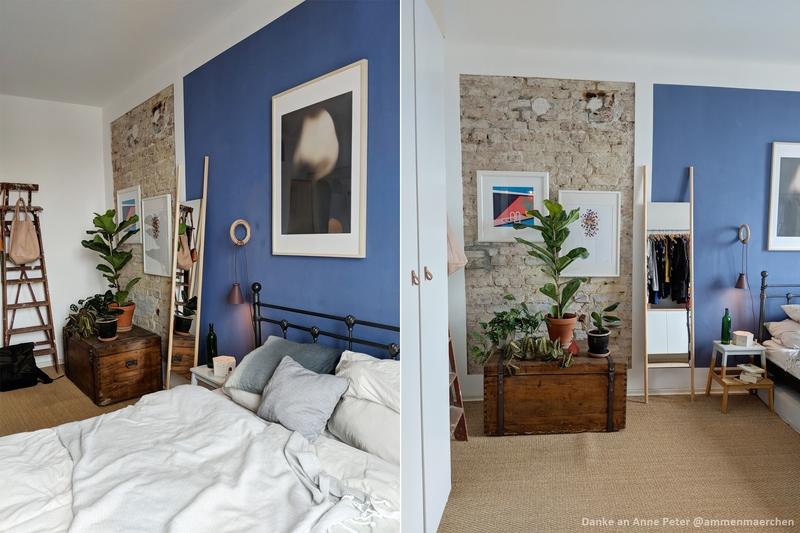 Schlafzimmer mit einer Wand in Blau.