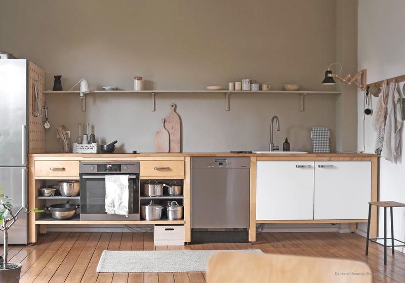 Küche mit einer Wandfarbe in Beige.