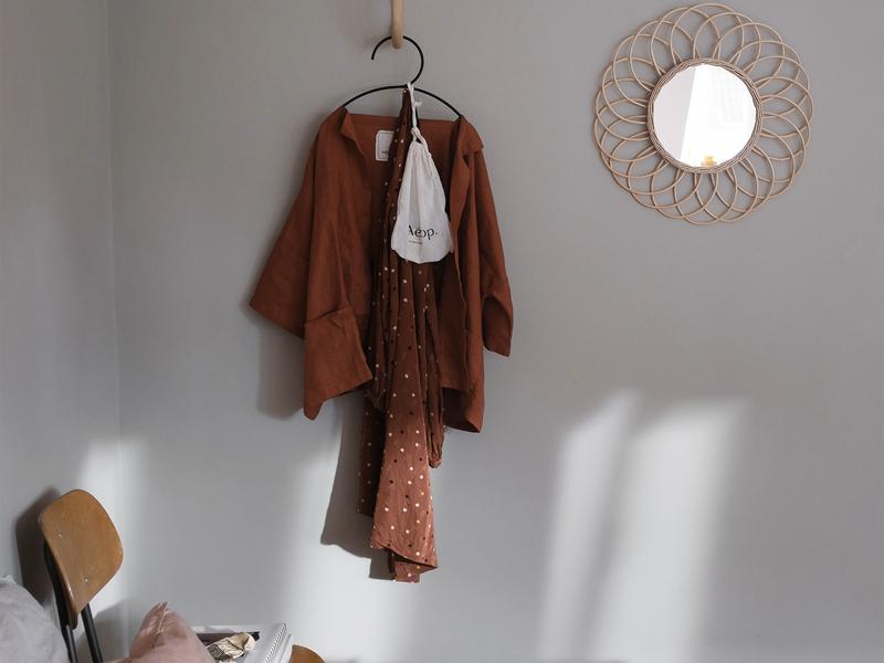 Schlafzimmer mit einer Wand in Greige.