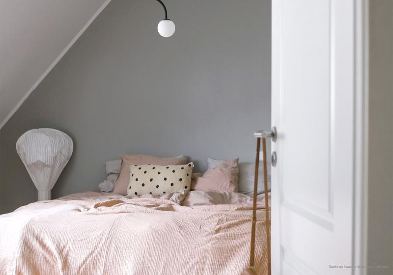 Warmes Greige als Wandfarbe im Schlafzimmer.
