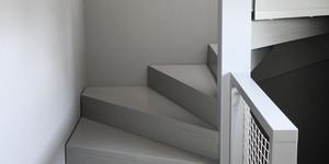 Kolorat wandfarben dunkelgrau flur grau streichen eingangsbereich diele treppe treppenaufgang