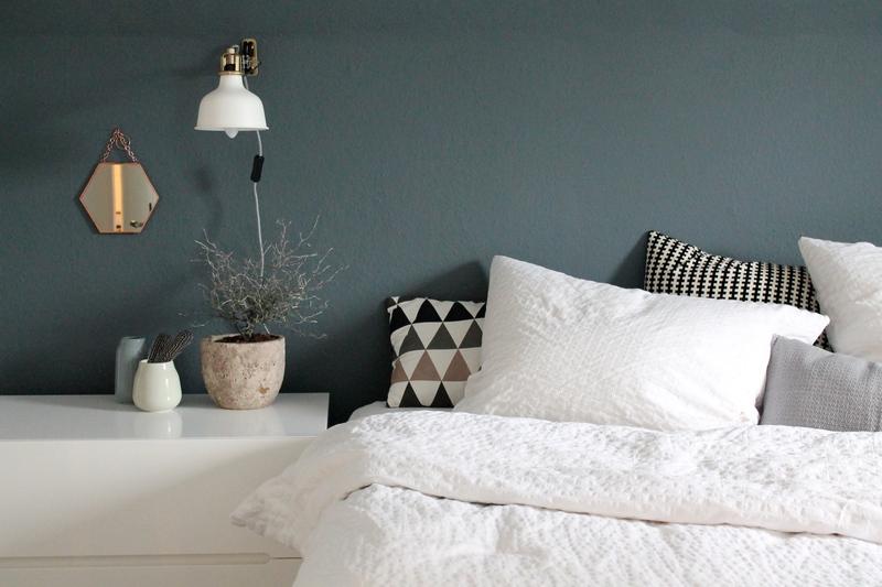 Schlafzimmer inspiration farbe  FARBFREUDE: DIE DUNKELBLAUE WAND BEI BRITTA - Kolorat