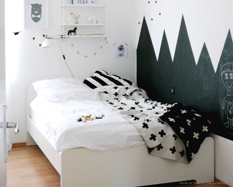 kinderzimmer mit bergen aus tafellack kolorat. Black Bedroom Furniture Sets. Home Design Ideas