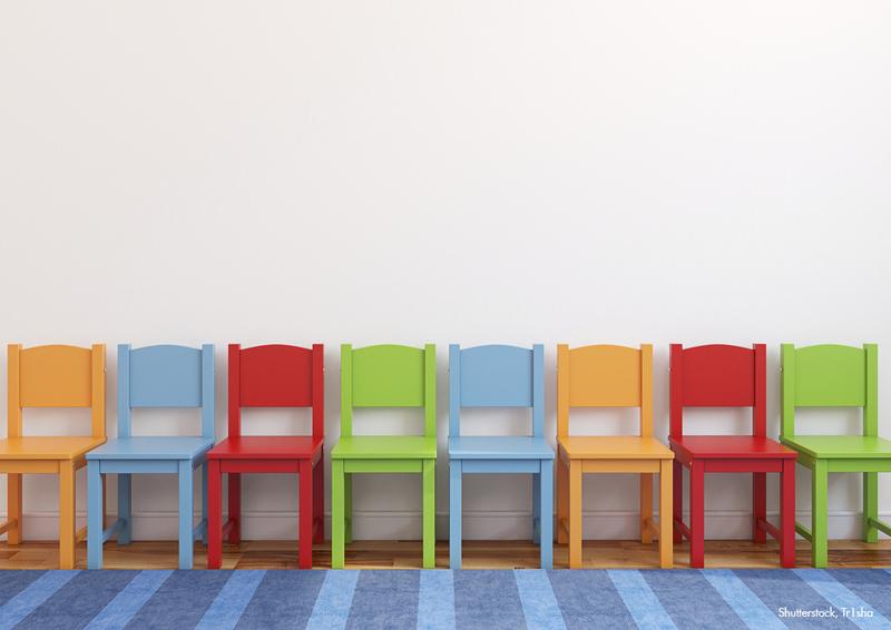 Bunt lackierte Kinderstühle.