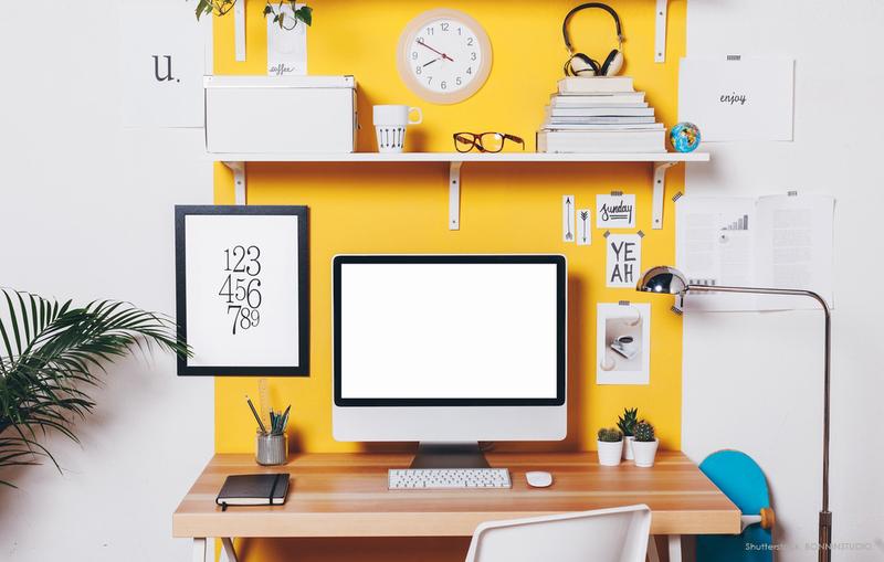 Gelbe Wand im Arbeitszimmer.