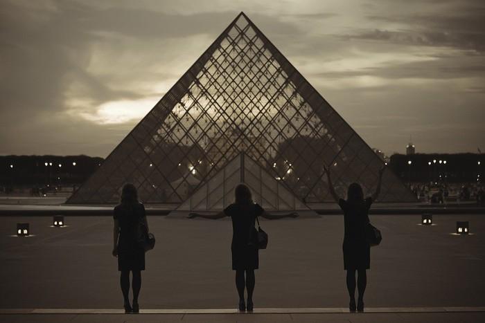 Photo (c) Gabriel M. Aguirre; Pyramide du Louvre (c) arch. I. M. Pei, musée du Louvre