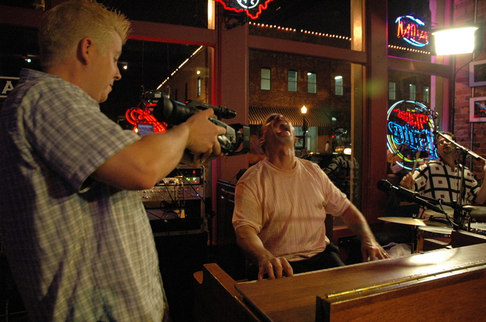Columbus, OH - Joe gets up close with Tony Monaco at Park Street Tavern.  (Photo by Michael Ivey)