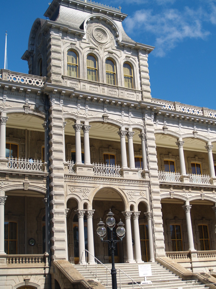 On the Honolulu Historic Capital District walking tour, learn about the history of Iolani Palace, how to get in, where to buy tickets to their fantastic tour, about the Palace's ghosts, interesting facts and more!