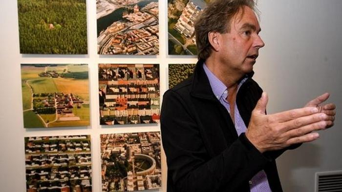 Lars Bygdemark at an exhibition of his art.