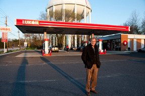 George Tice at Petit's Mobil location, 2011