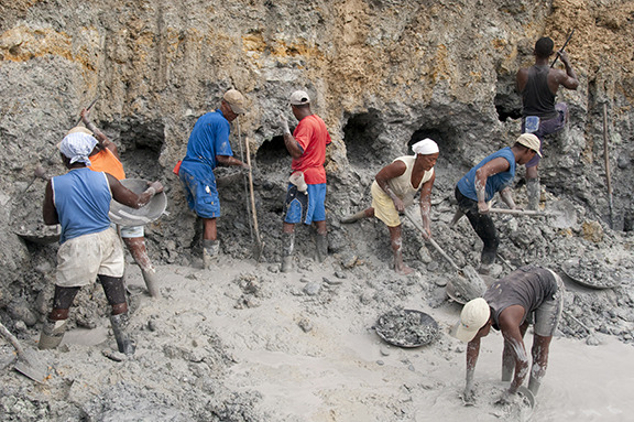 Artisanal mining in areas abandoned by machines