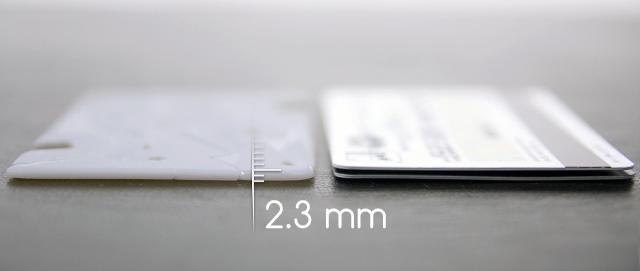 Il treppiede tascabile è sottile come due carte di credito impilati sulla parte superiore.