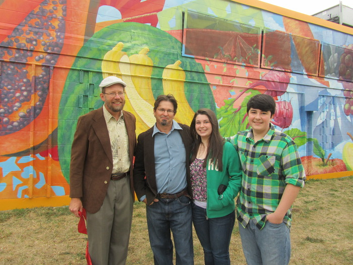 Richard, me and my kids in front of a section of the Avanza mural