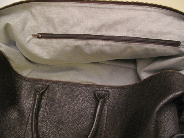 The zipper detail inside the bag