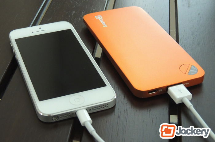 Jackery Air charging an iPhone 5