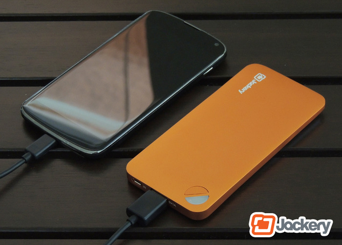 Jackery Air charging an Android smartphone
