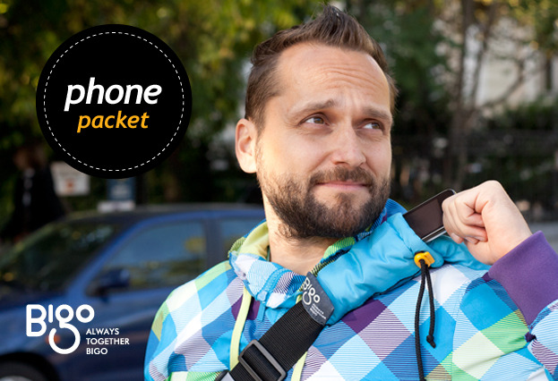 There's a handy pouch on the shoulder strap where you can hold your phone, Kleenex, or other pocket-sized things.