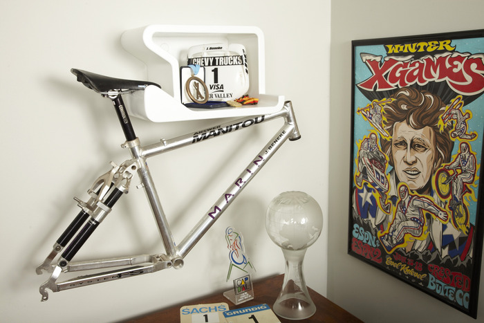 frame and trophy display - white Shelfie without vinyl protector