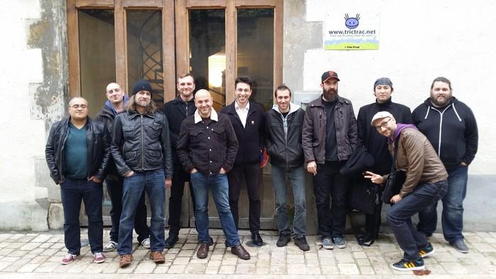 De gauche à droite : Stéphane Simon, Fred Henry, Adrian Smith, Jamie, Patrice Louinet, Léo Vesperini, Loïg Hascoët, Georges Cl4arenko, Stéphane Nguyen, Adnane Badie, Jérémy Pinget.