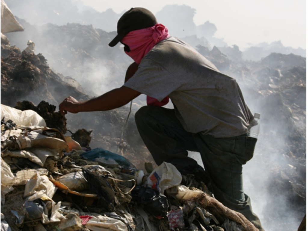 100 Fires:Living From a Landfill (Somos Buzos)'s video poster
