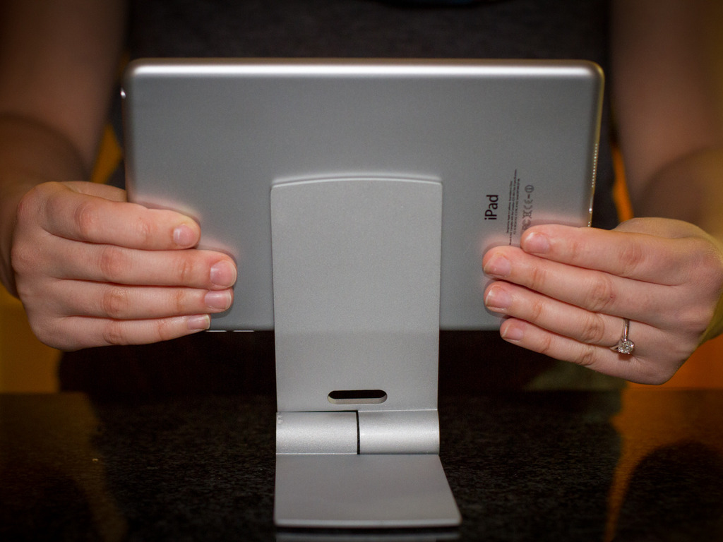 Léaf Mount: Collapsible Stand for Ipads, Androids & Iphones's video poster