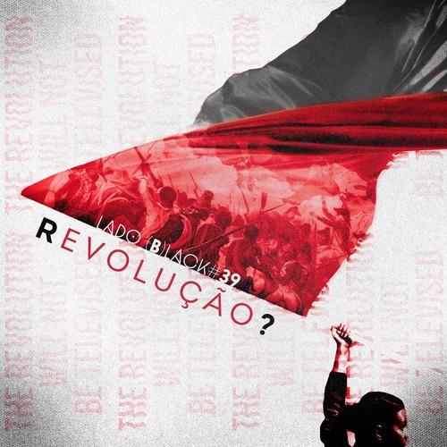 """Fundo branco com uma mulher segurando uma bandeira vermelha e preta. O fundo branco, apresenta uma textura leve similar a tecido, e aparece a escrita na vertical """"the revolution will not be televised"""". Na arte está escrito dentro da bandeira na parte vermelha """"Lado (B)lack #39"""" e abaixo """"Revolução?"""" predominantimente em vermelho e com o """"R"""" e o """"?"""" em preto. Dentro da área vermelha uma ilustração de negros lutando contra europeus na revolução do Haiti."""