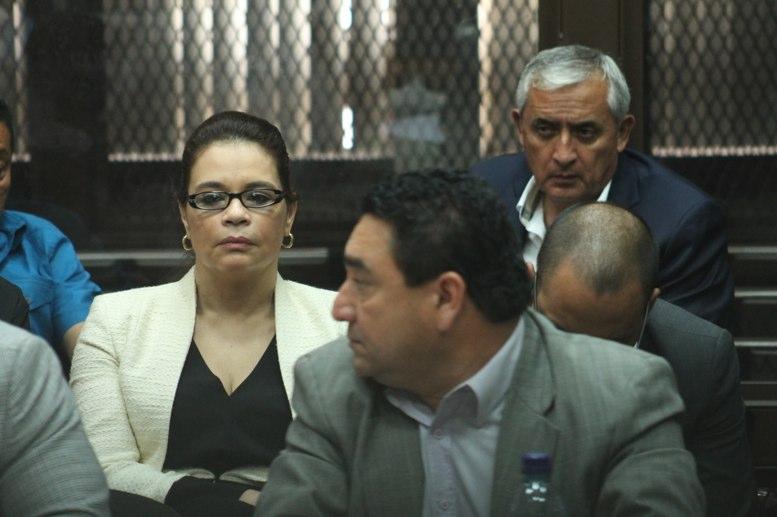 El expresidente Otto Pérez Molina observa a la exvicepresidenta Roxana Baldetti en el banquillo de los acusados del Juzgado B de Mayor Riesgo. Esta fue la primera reunión pública de los exmandatarios después de la renuncia de Baldetti a la Vicepresidencia por su vinculación al Caso La Línea. FOTO: JOSÉ OROZCO