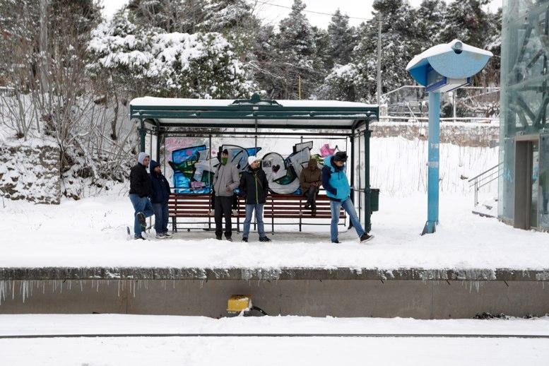 Nieve trae angustia, muertes y viajes cancelados en Europa
