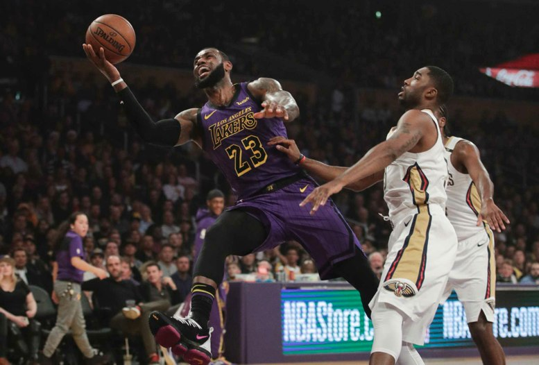 LeBron James impulsa a los Lakers con un triple-doble
