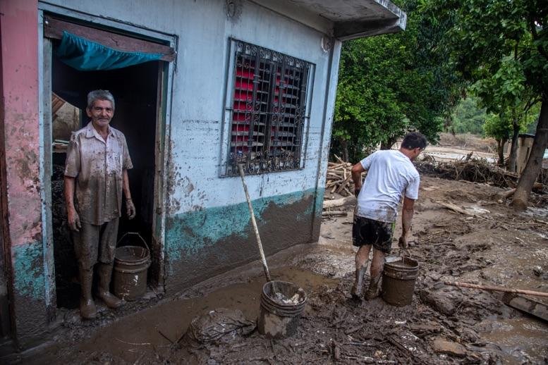 Eta se intensifica a huracn categora 2 y amenaza Honduras