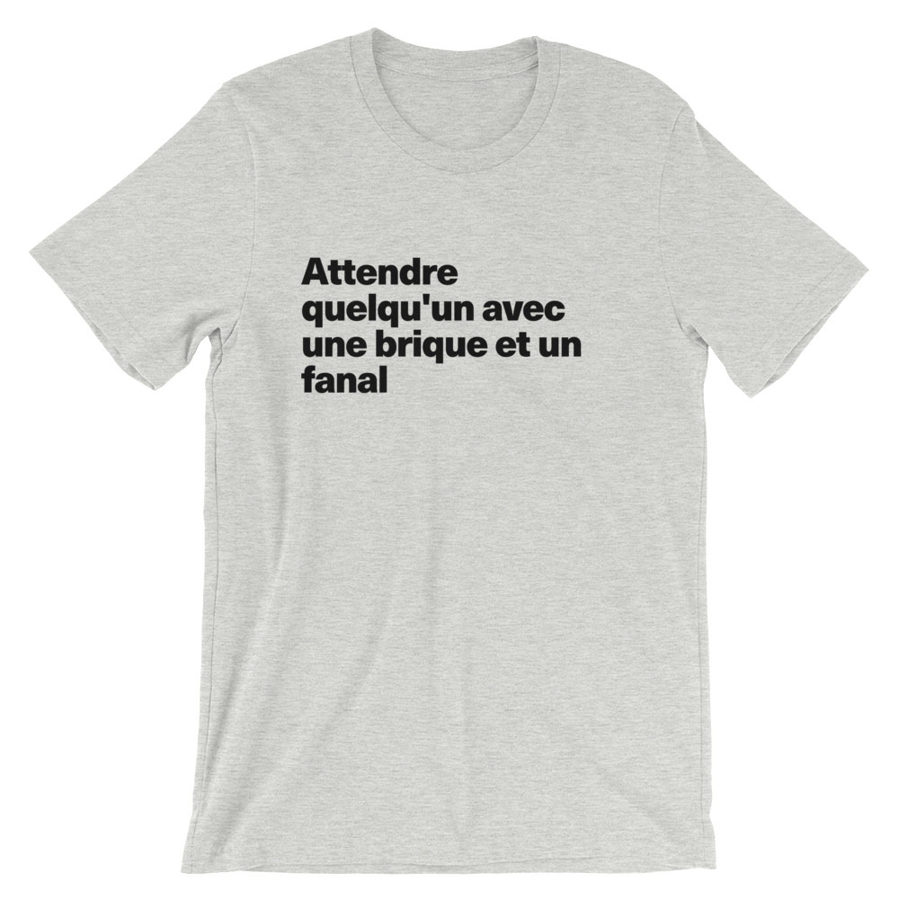 T-Shirt unisexe grisâtre «Attendre quelqu'un avec une brique et un fanal»