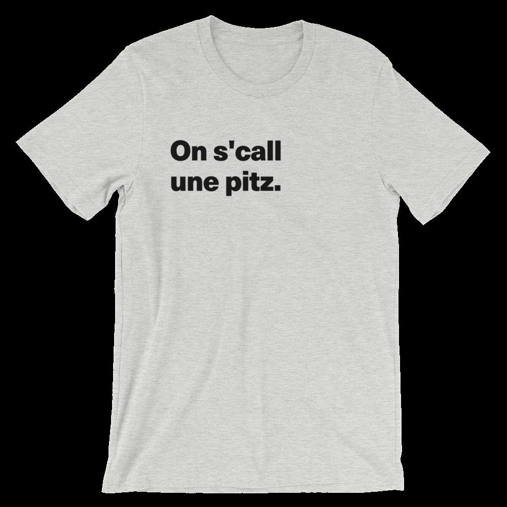 T-Shirt unisexe grisâtre «On s'call une pitz.»