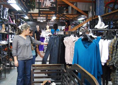Las damas buscan las más vistosas prendas de vestir para lucir bien en las fiestas navideñas, muchas veces sin reparar en el costo de las piezas.