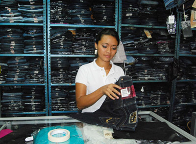 Debido a la crisis socioeconómica que ha enfrentado el país, los comerciantes han puesto ofertas de pantalones y camisas a precios accesibles.