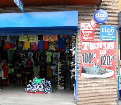 La aglomeración de vendedores y clientes en los mercados de Comayagüela refleja la reactivación comercial animada por los aguinaldos de la temporada navideña que atraen la proliferación de diversas ofertas