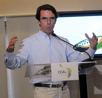 El expresidente José María Aznar disertó sobre la búsqueda del desarrollo equitativo, junto al exmandatario Ricardo Maduro.